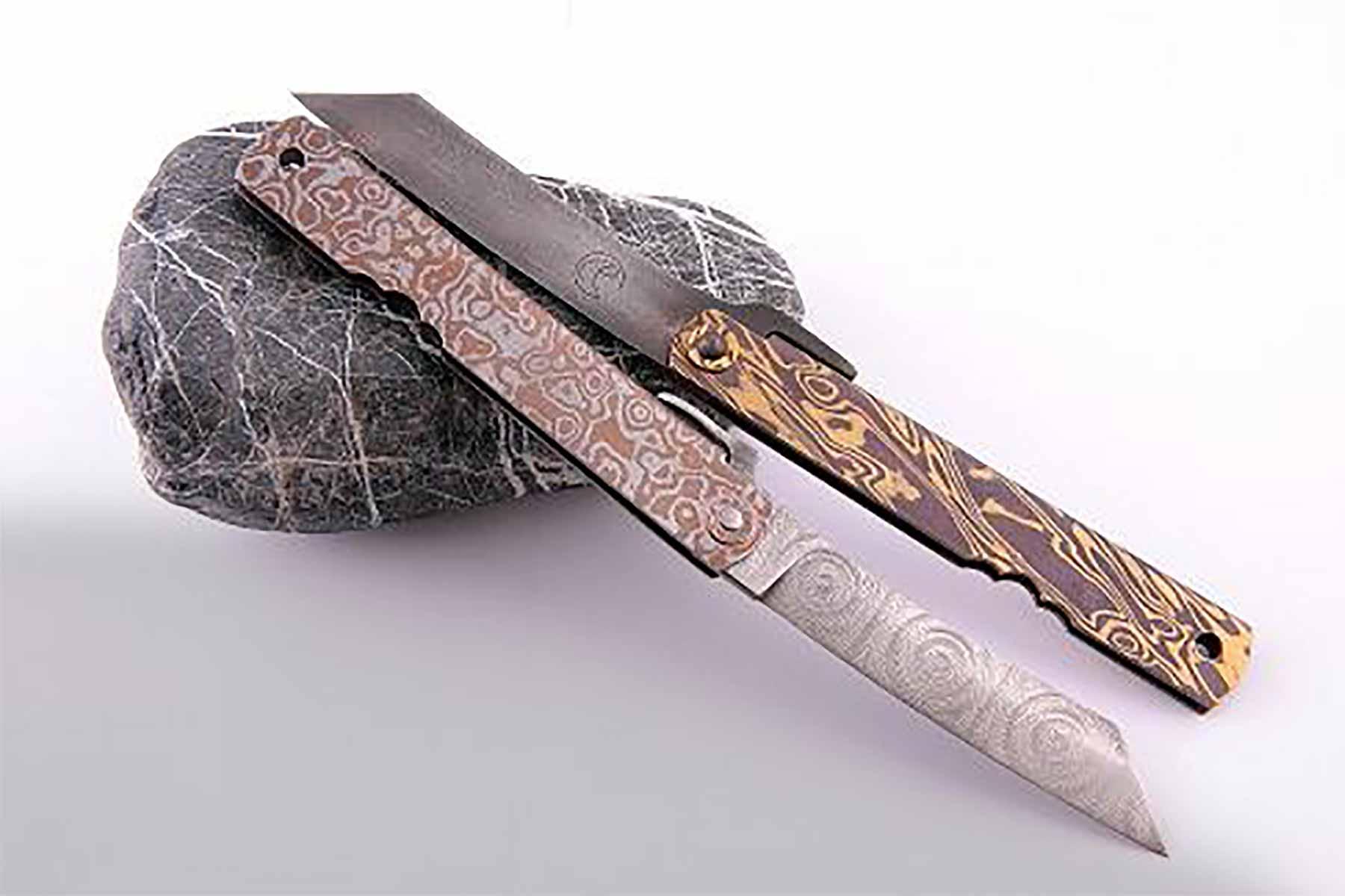 Zwei Messer auf Stein
