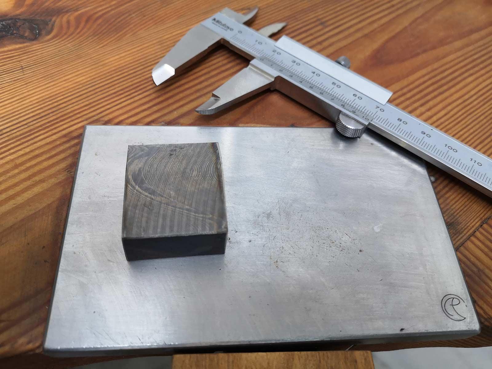 Metallblock auf Werkbank