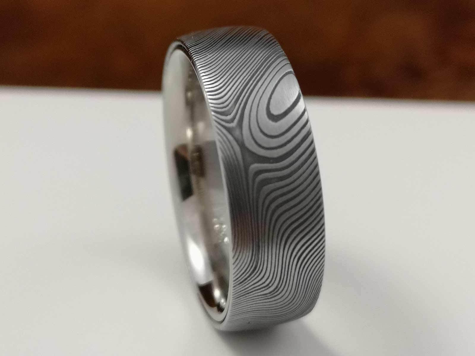Der fertige Ring auf grauem Hintergrund