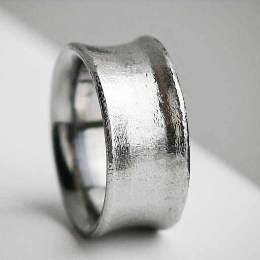 Ring mit rauher Oberfläche